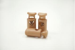 Фиксатор для шнурка пластик бежевый 10072122