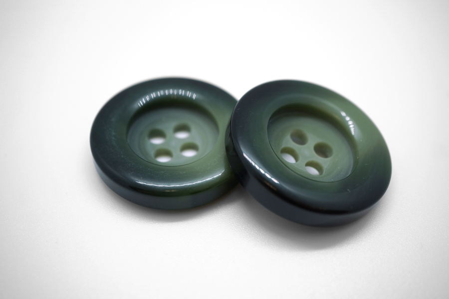 Пуговица пластик черно-зеленая 32 мм 4020